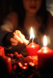 Zapalování svíček na adventním věnci