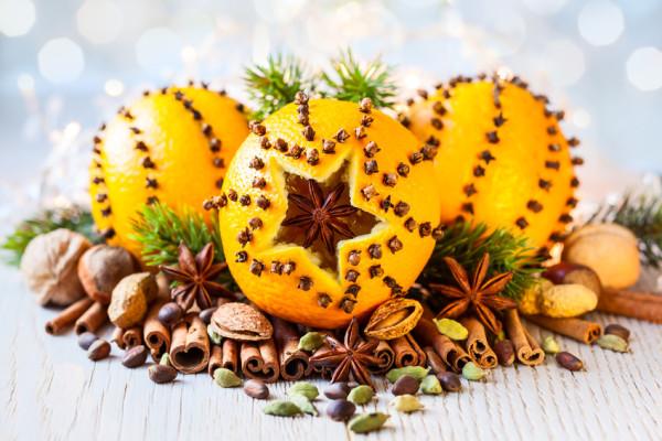 Pomeranč ozdobený hřebíčkem