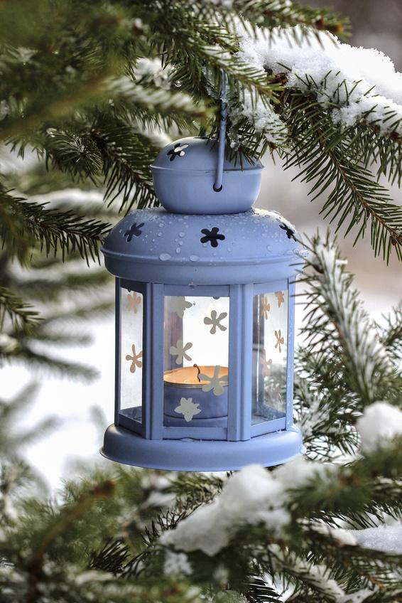 modrá vánoční lucerna